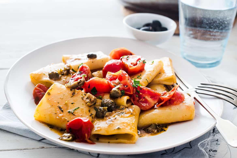 Paccheri con tomates y alcaparras
