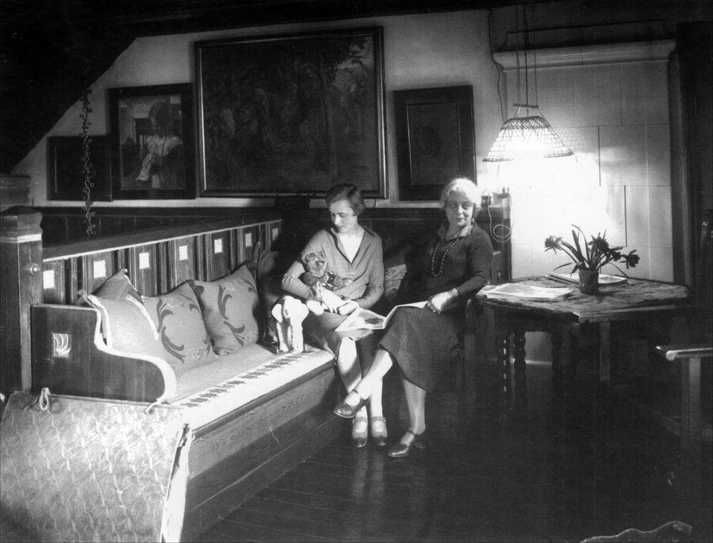 Margita & Marie Krøyer sidder på slagbænken (Alfvengaarden)