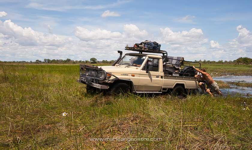 Botswana, véhicule embourbé dans le delta de l'Okavango © Marie-Ange Ostré
