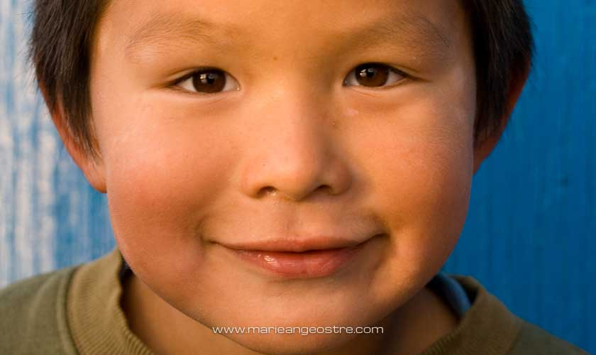 Groenland, enfant au village d'Aappilattoq © Marie-Ange Ostré