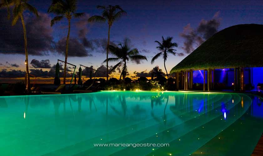 Maldives, hôtel Halaveli Resort, la piscine et la discothèque au coucher du soleil © Marie-Ange Ostré