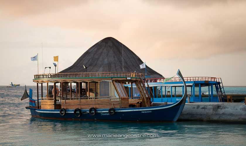 Maldives, hôtel Angsana Velavaru, bateau et embarcadère au couchant © Marie-Ange Ostré