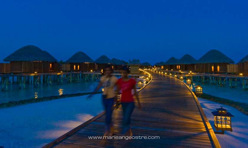 Maldives, hôtel Halaveli Resort, accès au villas sur lagon © Marie-Ange Ostré