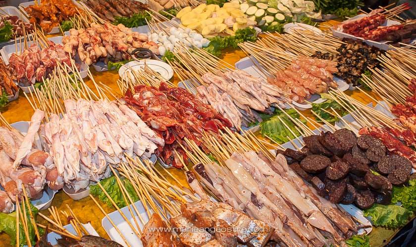 Chine, cuisine chinoise vendue dans la vieille ville de Lijiang, Yunnan © Marie-Ange Ostré