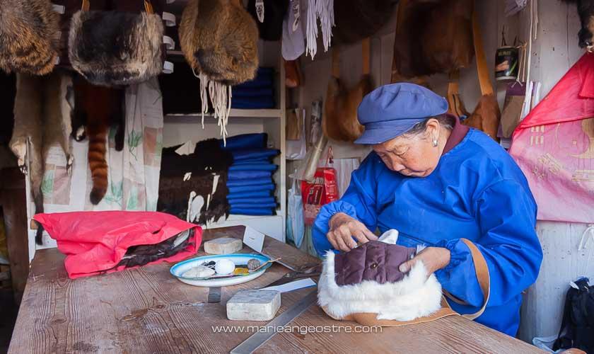 Chine, ouvrière dans la vieille ville de Lijiang, Yunnan © Marie-Ange Ostré
