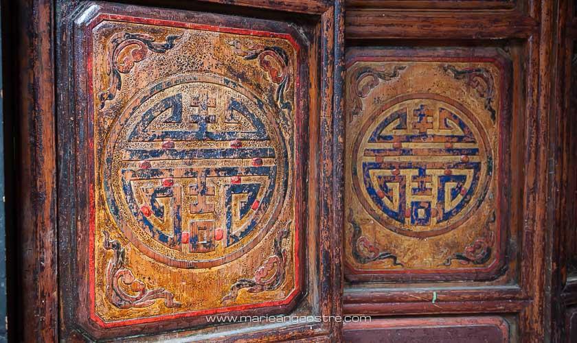 Chine, vieille porte en bois dans la vieille ville de Lijiang, Yunnan © Marie-Ange Ostré