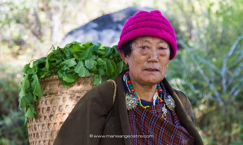 Bhoutan, bhoutanaise dans son jardin au centre du pays © Marie-Ange Ostré