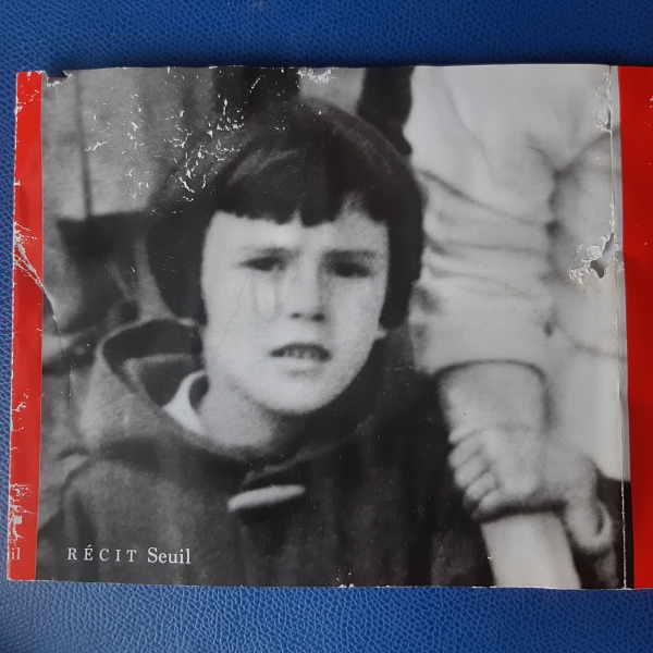 Irène, petite fille, tenant la main de grande soeur Denise