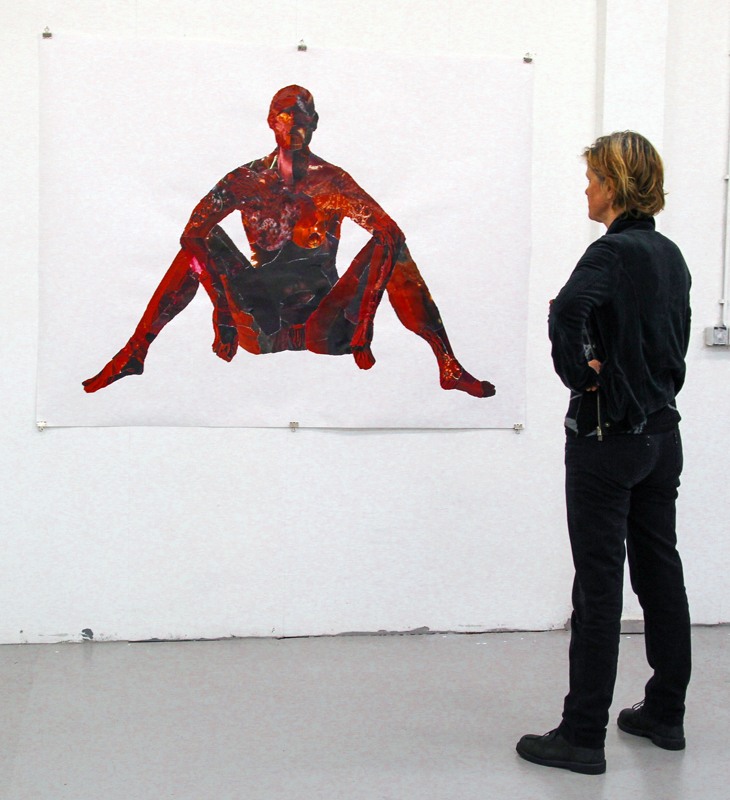 Bezoeker bekijkt collage tijdens expositie Montage