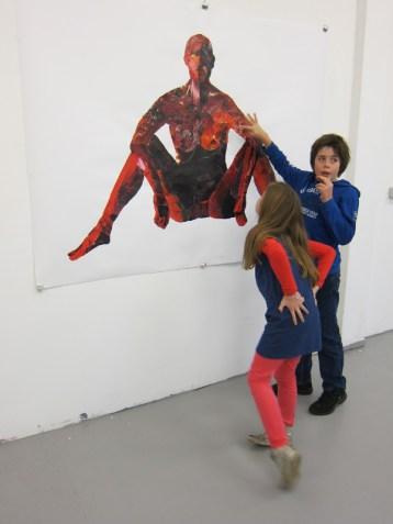 Bezoekers bij collage tijdens expositie Montage