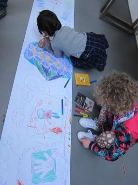 tekenende jonge bezoekers