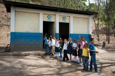 De schoolkinderen krijgen lunch op school.