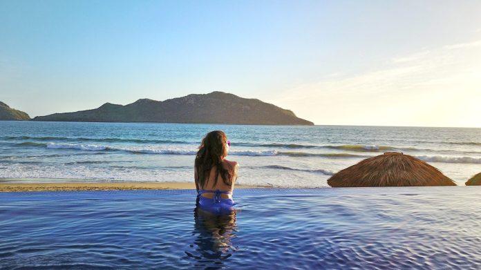 Resultado de imagen para extranjeros en hoteles de Mazatlán