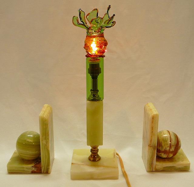 Lamp op hergebruik van marmeren voet met boekensteunen