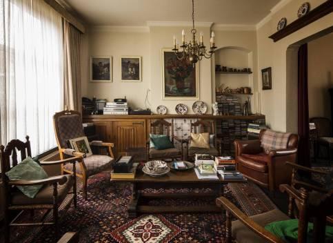 Historisch interieur; knusse, volle woonkamer
