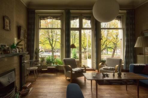 Historisch interieur; woonkamer grachtenpand met grote ramen