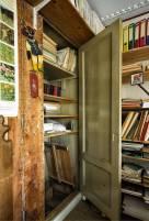 Historisch interieur; onderduikadres, onder de boekenkast
