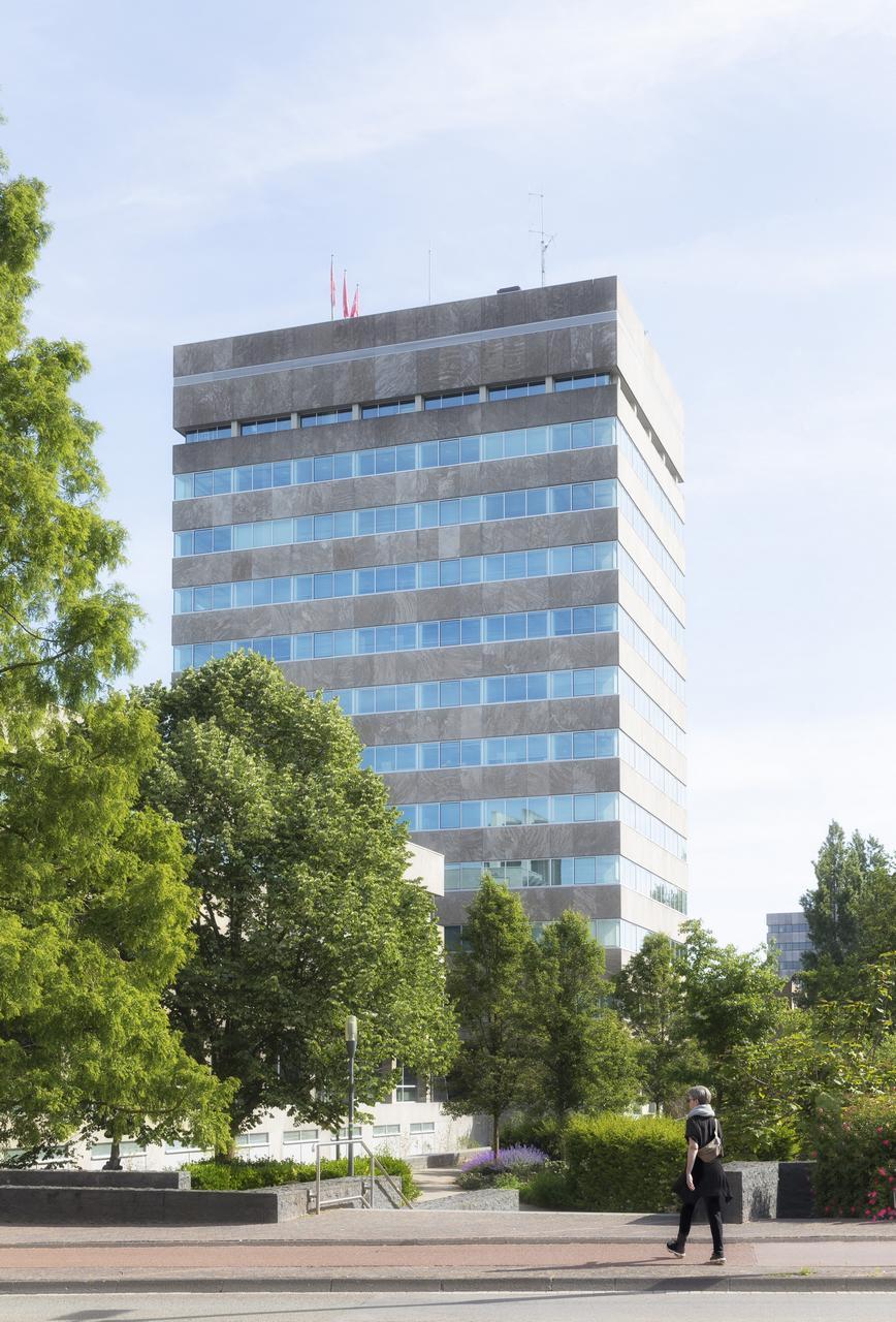 Foto hoog gebouw boven boomtoppen