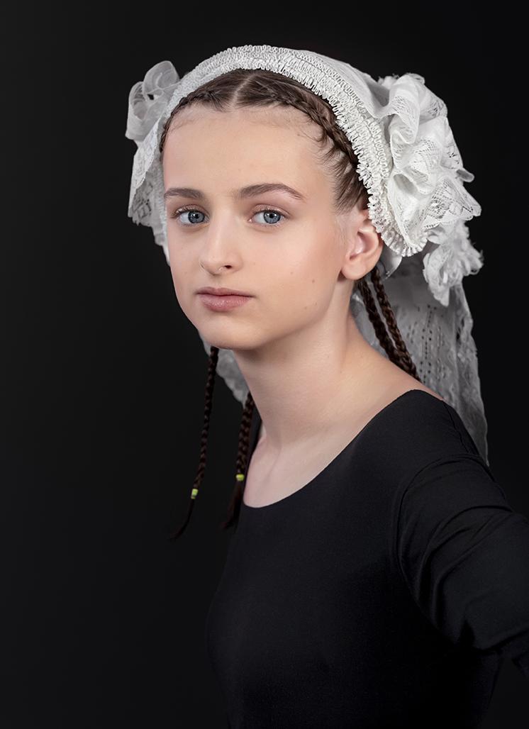 Model meisje met antieke kanten muts (Brabants erfgoed, fashion heritage)