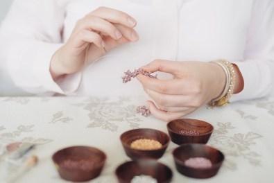 Marie bei der Arbeit - Herstellung eines Armbandes mit Glasperlen und Swarovski Bicones