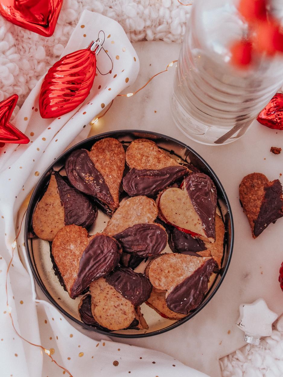 Leckere mürbe Plätzchen mit Schokoladen oder Marmeladen Füllung