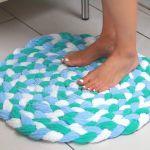 Alfombra de baño reciclando toallas