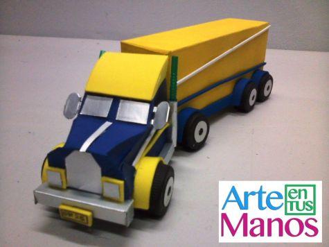camion-o-trailer-hecha-con-cajas-y-material-reciclado