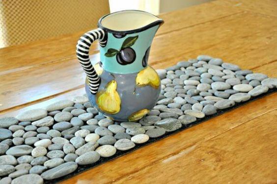 Camino de mesa con piedras