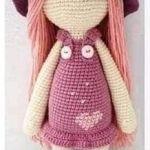 Muñeca amigurimi con gorro y pelo largo