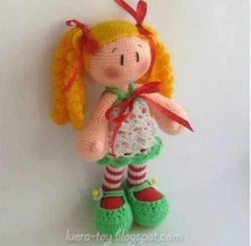 Muñeca amigurimi con coletas y medias de rayas