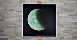 """""""Titano"""" di Marina Ravaioli -Anno 2019 - Dimensioni 39 x 39 cm Olio su legno MDF, finitura opaca. Disponibile. """"C'è qualcuno dalle parti di Saturno? La Vita ci sorprenderà dove non ci aspettiamo di trovarla?"""" Foto di Paolo Brunelli"""
