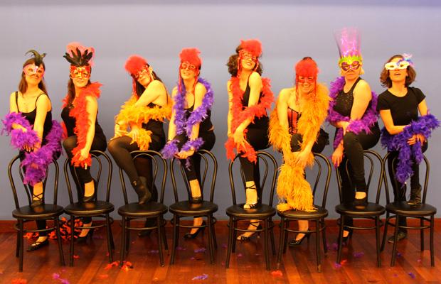 clase-burlesque-dance-baile-con-boa-mascara-silla-5