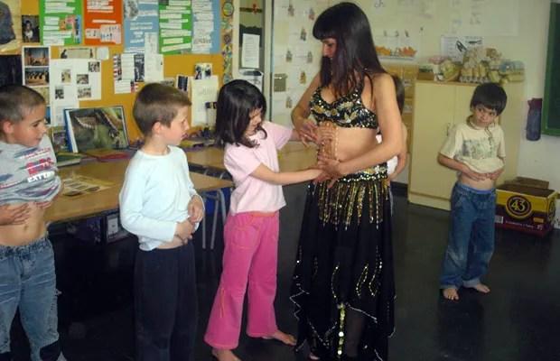 clase-danza-del-vientre-en-colegio