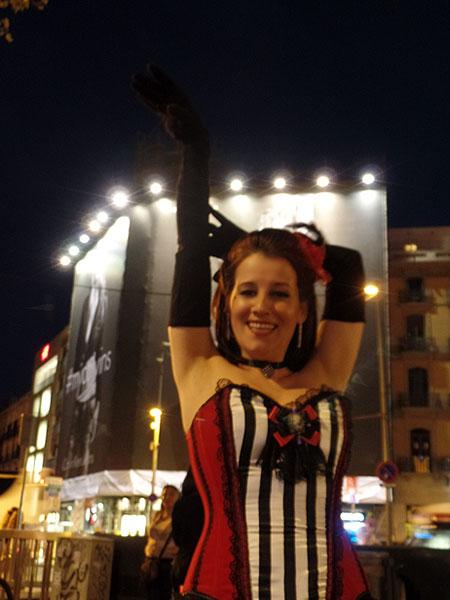 marina-salvador-burlesque-barcelona-calle