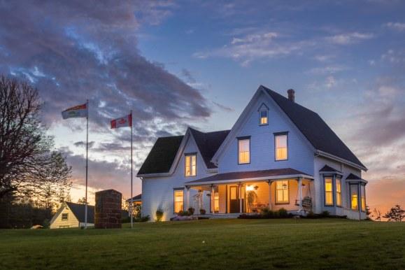 Fachada al atardecer en casa para la venta en Prince Edward Island