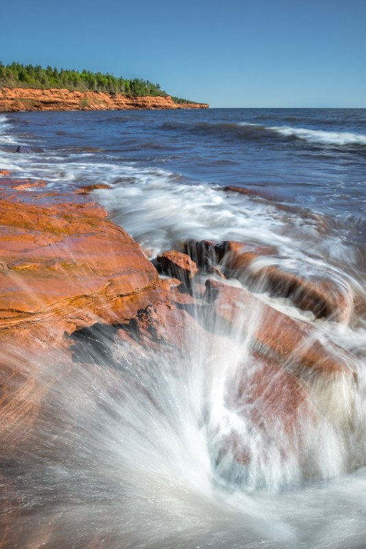 Ola golpea las rocas en Cape Tryon