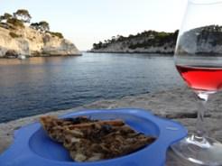 pissaladière et verre de rosé dans les calanques de Cassis