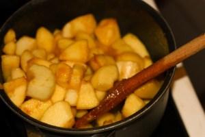 Pommes et poires en cubes dans la casserole