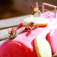 bûche de noël rose aux macarons, fruits rouges et citron