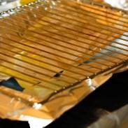 grille du four sur du papier aluminium
