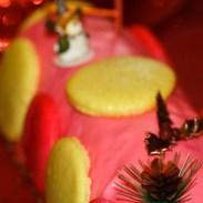 Bûche de noël rose aux éclats de macarons, biscuit citron/huile d'olive et fruits rouges