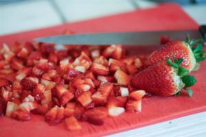 fraises coupées en morceaux