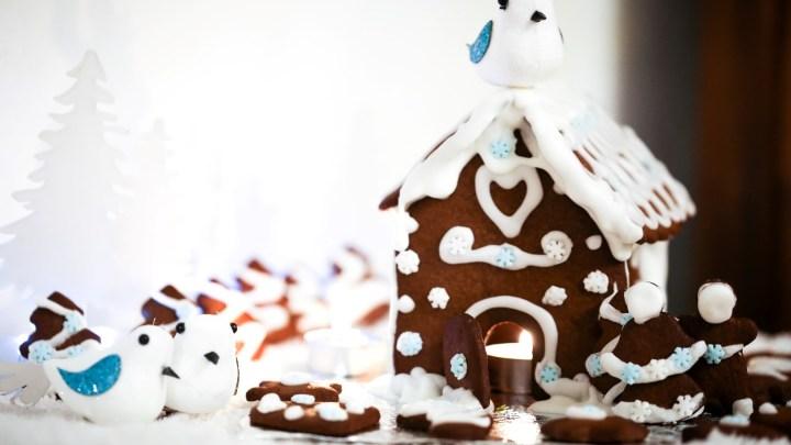 Maison en pain d'épice et biscuits pour Noël