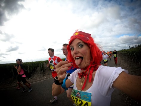 Marion Barral goûte un grain de raisin au marathon du Médoc