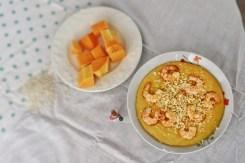 Photo d'une assiette de risotto à la citrouille, crevettes et lait de coco