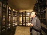 Alain Chabanon dans sa cave