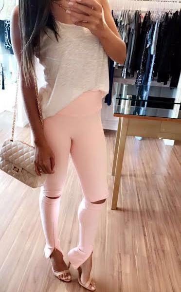 Calça bandage super skinny com fenda no joelho na cor rose quartz e com cós anatômico. Entregamos para todo o Brasil em até 6x sem juros.