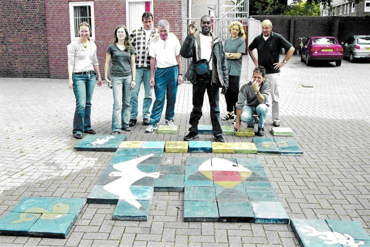 Het tableau is bijna klaar, de tegels worden uitgelegd en bewonderd door de hele groep.