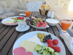 Breakfasts on the balcony in Ürgüp were feasts of olives, tomatoes, cucumbers, meat, cheese, fruit, yogurt, and eggs that came later. That's the way to start a day!