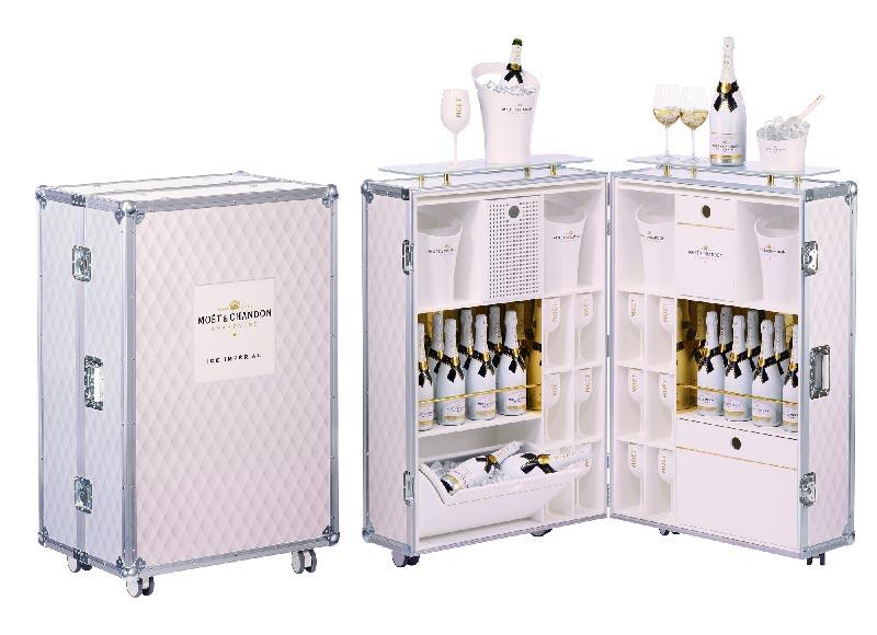 Moët & Chandon et MEDIA6 Design ont imaginé un bar tendance qui invite au voyage pour faire la promotion de son nouveau champagne dans les hotels, bars et discothèque. 52 valises-comptoirs ont été réalisées.
